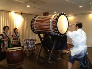 新郎の太鼓演奏